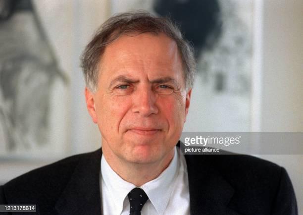 Michael Schmidt-Ospach wird neuer Intendant von Radio Bremen, der kleinsten ARD-Rundfunkanstalt, m 16.3.1999 in seinem Büro beim Westdeutschen...