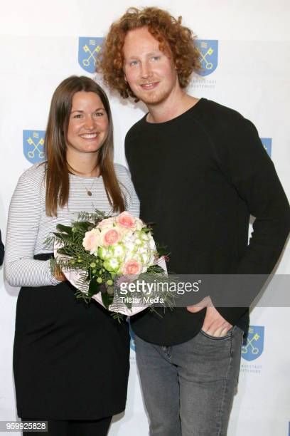 Michael Schulte arrives with his pregnant Katharina Mayer girlfriend in his hometown for a enty in the golden city book and a short concert on May 18...