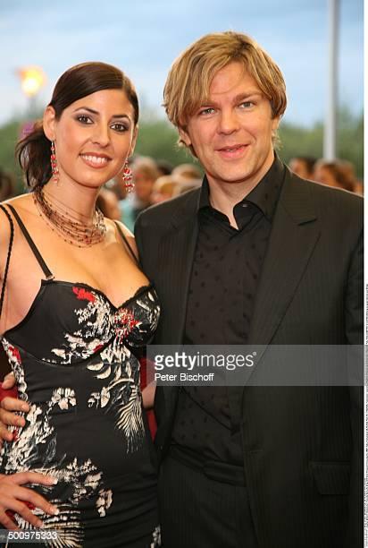 Michael Steinbrecher Freundin Natasche Berg ARDGala Deutscher Fernsehpreis 2006 Köln Deutschland ProdNr 1506/2006 Coloneum umarmen Dekollete Schmuck...