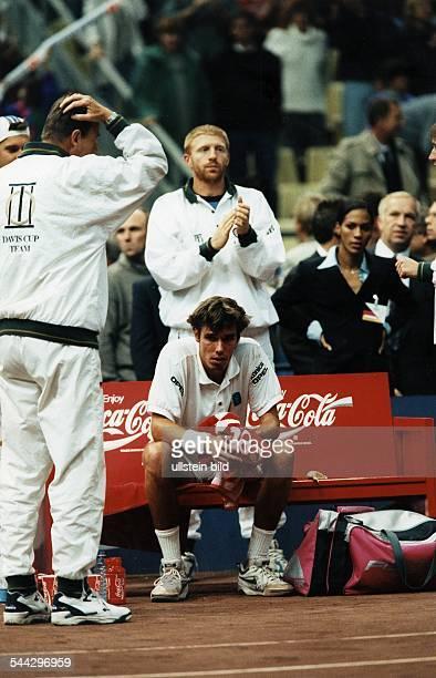 Michael Stich Sportler Tennis D sitzt auf der Bank nach dem verlorenen DaviscupHalbfinalspiel in Moskau Trainer Niki Pilic streicht sich durch die...