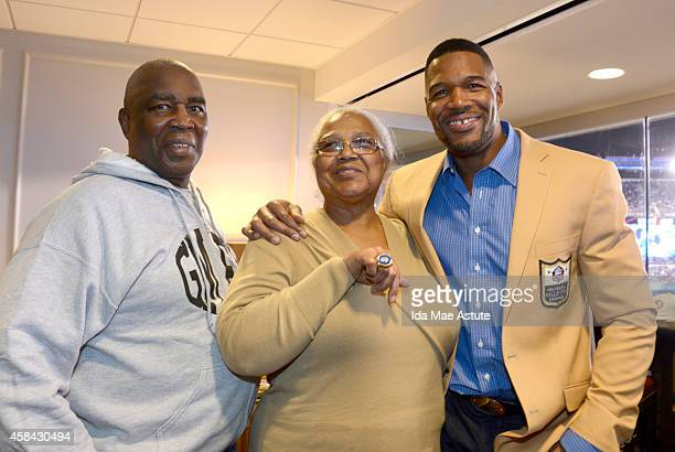 FOOTBALL 11/3/14 Michael Strahan was celebrated at Met Life Stadium as he received his Pro Football Hall of Fame ring The 2014 inductee was joined by...
