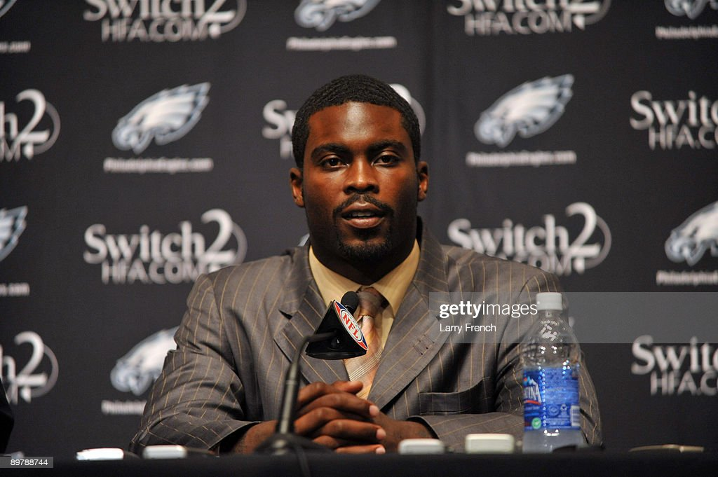 Philadelphia Eagles Sign Michael Vick