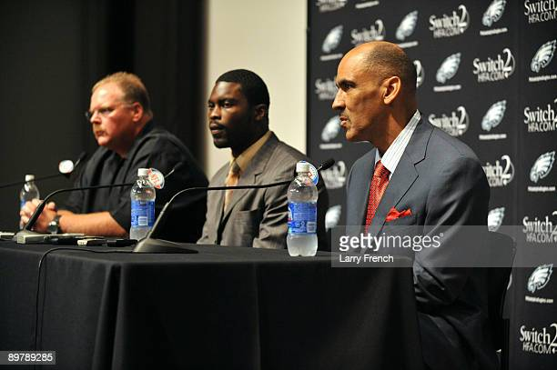 Michael Vick of the Philadelphia Eagles speaks at a press conference at the NovaCare Complex on August 14 2009 in Philadelphia Pennsylvania Vick...