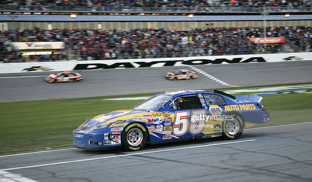 Michael Waltrip in car No. 55 heads for a pit stop during th : News Photo