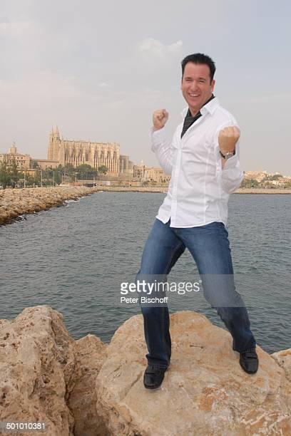 Michael Wendler Palma de Mallorca Insel Mallorca Balearen Spanien Europa Kathedrale Kirche Meer Urlaub posieren Posing Ganzkörper Schlager Sänger...