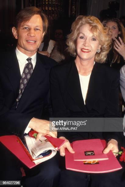 Michael York et sa femme Pat York au défilé Christian Lacroix HauteCouture Collection Printempsété 1994 à Paris en janvier 1994 France