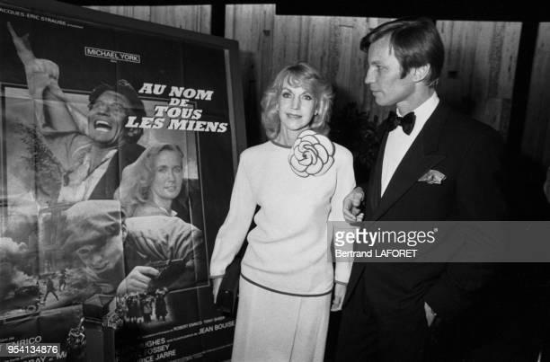 Michael York et son épouse Pat York à la 1ère du film 'Au nom de tous les miens' à Paris le 9 novembre 193 France
