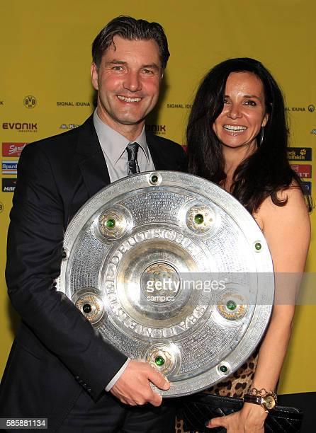 Michael Zorc mit Ehefrau Jola und Meisterschale Deutscher Fussball Meister 2011 Borussia Dortmund am Abend die Meisterschaft Fussball 1 Bundesliga...