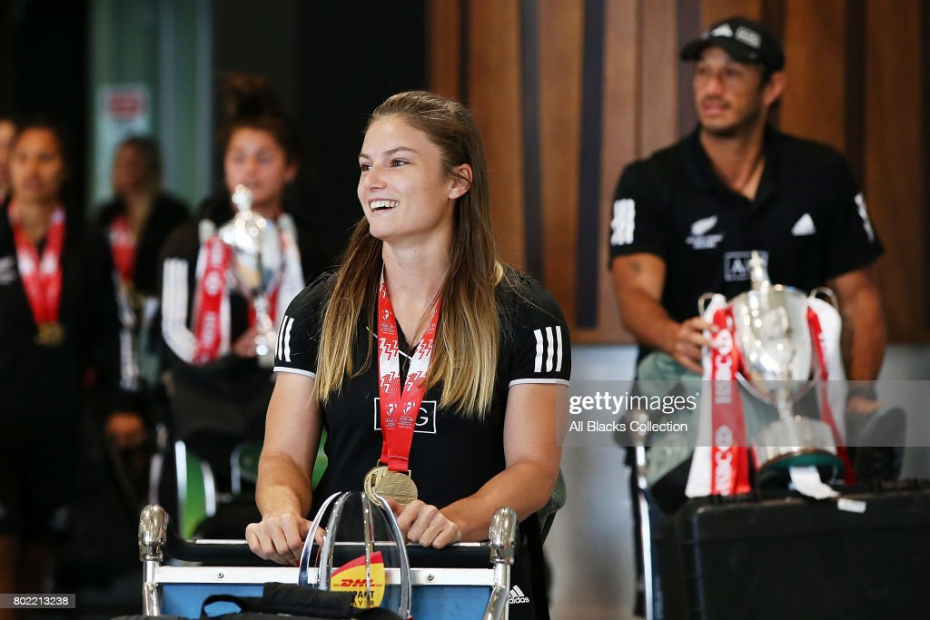 Black Ferns Sevens Arrival In Auckland With Sevens World Series Trophy