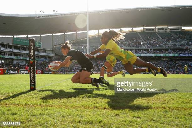 Michaela Blyde of New Zealand dives over to score a try under pressure from Ellia Green of Australia during the womens bronze cup match in the 2017...