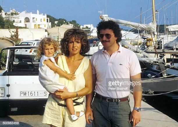 Michaela May Ehemann Dr Jack Schiffer Tochter Alexandra neben den Dreharbeiten zur ARDSerie Schoene Ferien Folge 2 Mallorca Spanien Hafen Boot...