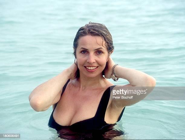 Michaela May neben den Dreharbeiten zur ZDFSerie Traumschiff Folge 21 Ägypten Guadeloupe/Karibik Meer baden Badeanzug schwimmen nasse Haare Urlaub...