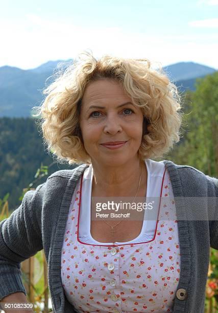 Michaela May Porträt ZDFKomödie Für immer Frühling alter Titel Die Dorfhelferin Hausham Bayern Deutschland Europa Portrait Film Bauernhof Berge...