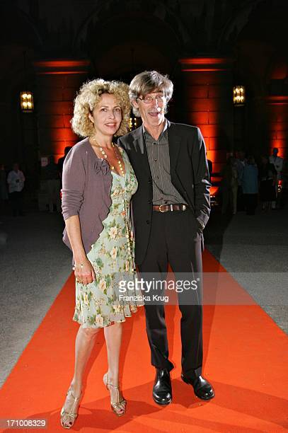 Michaela May Und Freund Bernd Schadewald Bei Der Gabriele Blachnik Modenschau Der Herbst Winter 2005/2006 Kollektion In Der Kassenhalle Des...