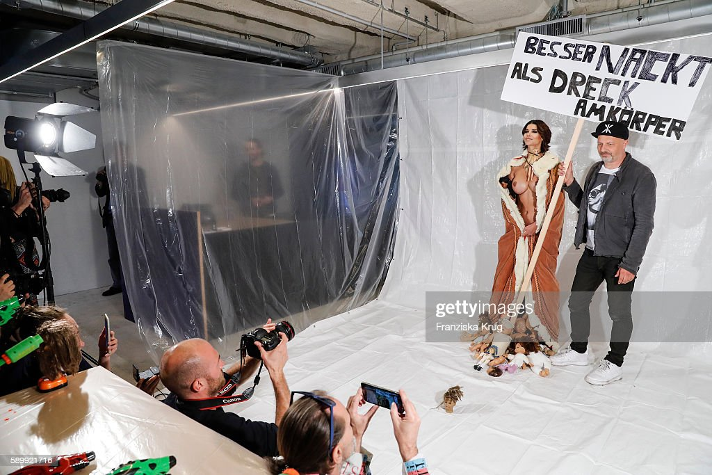 Performance 'Babydoll Fashion by Micaela Schaefer' In Berlin : Nachrichtenfoto