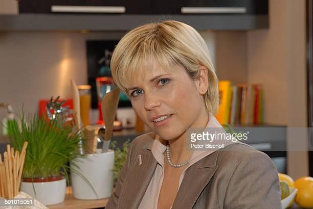 Michaela Schaffrath RTLSerie Ahornallee München Bayern Deutschland Europa Küche Kette Halskette Schmuck Schauspielerin Promi BB ProdNr 476/2007 Foto...