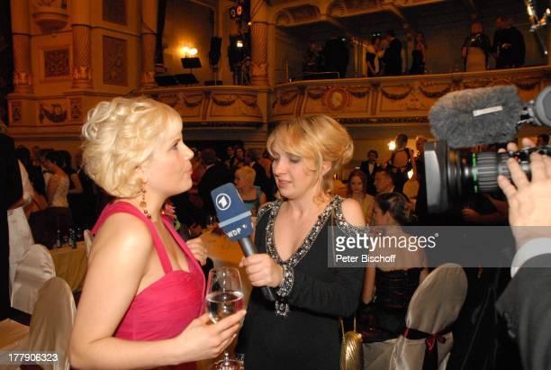 Michaela Schaffrath WDRModeratorin Kameramann 4 Semper Opernball Dresden Sachsen Deutschland Europa BallSaal Ball feier feiern Glas Champagner...