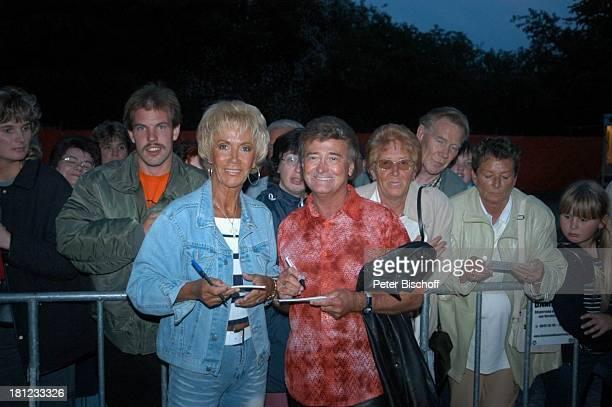 Michaela Schähfer Lothar Schähfer MusikDuo Nina und Mike Startreff Möbelhaus Meyerhoff OsterholzScharmbeck Publikum Fans Autogramm Autogramme geben...