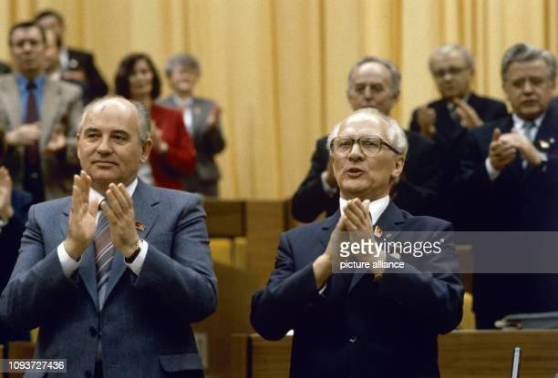 Michail Gorbatschow Generalskretär des ZK der KPdSU und Erich Honecker Generalsekretär des ZK der SED applaudieren während des XI Parteitages der SED...