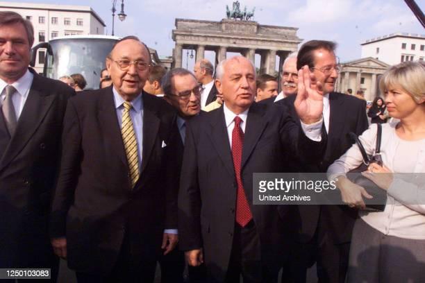 Michail Gorbatschow in Berlin 2000 Der ehemalige sowjetische Staatspräsident Michail Gorbatschow mit seiner Tochter Irina Wirganskaja zusammen mit...