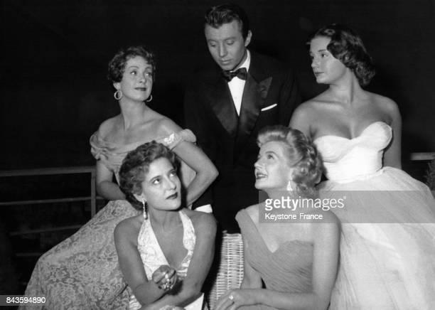 Michel Auclair entoure de quatre actrices de gauche a droite Danielle Darrieux Myriam Petacci Corinne Calvet et Lyla Rocco dans le film 'Bonnes a...