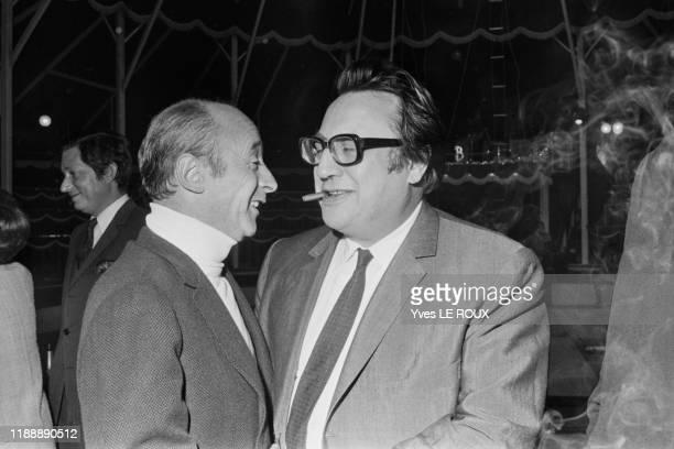 Michel Audiard et Raymond Devos lors d'une soirée à Ermenonville en septembre 1969, France.