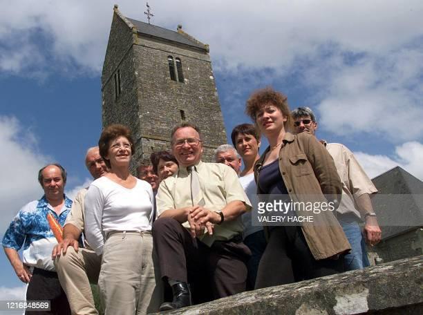 Michel Aumont maire de Saint-Sauveur-la-Pommeraye pose en compagnie de son conseil municipal, le 19 août 2002 devant l'église de...