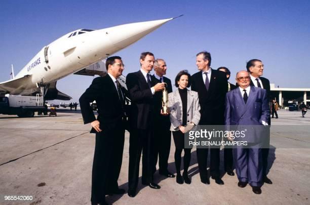 Michel Barnier et JeanClaude Killy au pied du Concorde lors du voyage de la flamme olympique entre Paris et Athènes le 14 décembre 1991 France