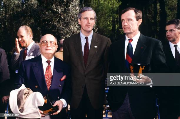 Michel Barnier et JeanClaude Killy lors du voyage de la flamme olympique entre Paris et Athènes le 14 décembre 1991 France