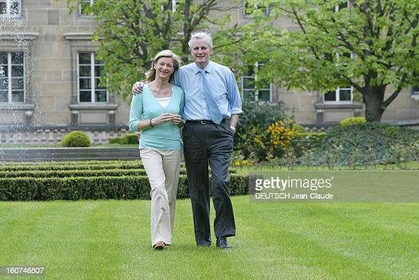 Michel Barnier New Minister Of Foreign Affairs Michel BARNIER et son épouse Isabelle se promenant dans les jardins du Ministère des Affaires...
