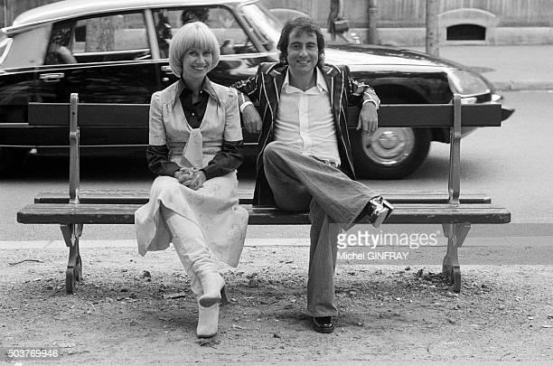 Michel Delpech et l'animatrice de télévision Danièle Gilbert lors de l'enregistrement de l'émission 'Midi Première' le 11 juillet 1975 à Paris France
