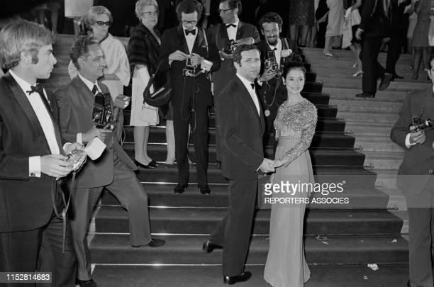 Michel Drach et MarieJosée Nat lors d'une soirée pendant le Festival de Cannes France le 11 mai 1967
