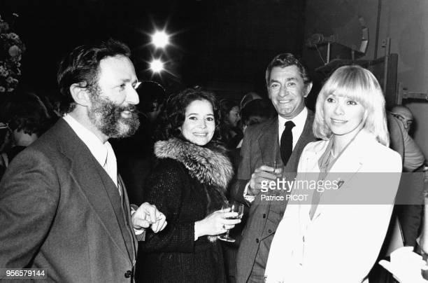 Michel Drach et son épouse la comédienne MarieJosé Nat avec Mireille Darc lors du Festival du Film le 8 novembre 1975 à Paris France