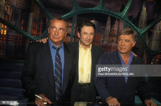 Michel Drucker entoure de Michel Sardou et Guy Bedos pour l'emission de television Studio Gabriel le 5 septembre 1994 a Paris France
