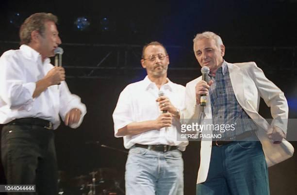 Michel Drucker Jean Reno et Charles Aznavour s'expriment sur la scène du Gala des Alpilles le 07 juillet 2000 à Mausanne Les Alpilles Ce Gala qu'ils...