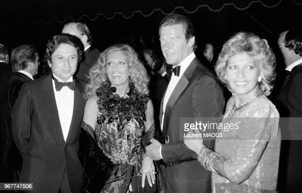 Michel Drucker Roger Moore et son épouse Luisa et Dalida lors d'une soirée au château de Versailles le 17 septembre 1981 France