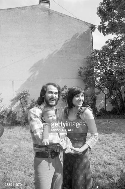 Michel Fugain avec sa femme Stéphanie et leur fille Marie chez eux en mai 1974 France