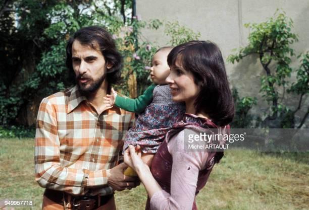 Michel Fugain avec son épouse Stéphanie et leur fille Marie en mai 1974 France