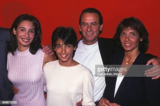 Michel Fugain en compagnie de sa femme et de ses enfants en spetembre 1994 à Paris France