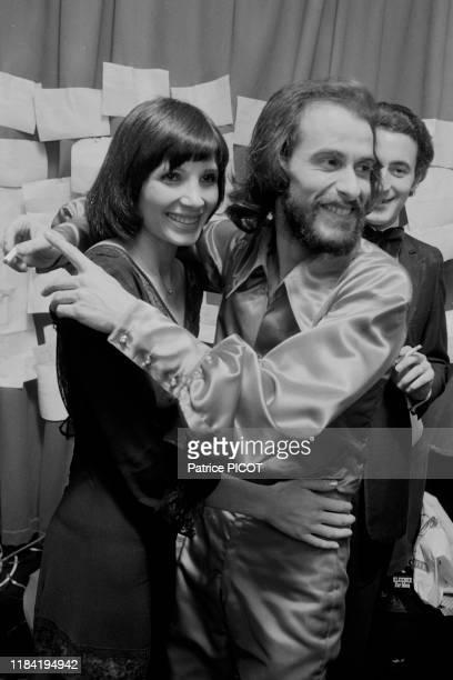 Michel Fugain et sa femme Stéphanie après un concert du chanteur à l'Olympia de Paris en 1974 France