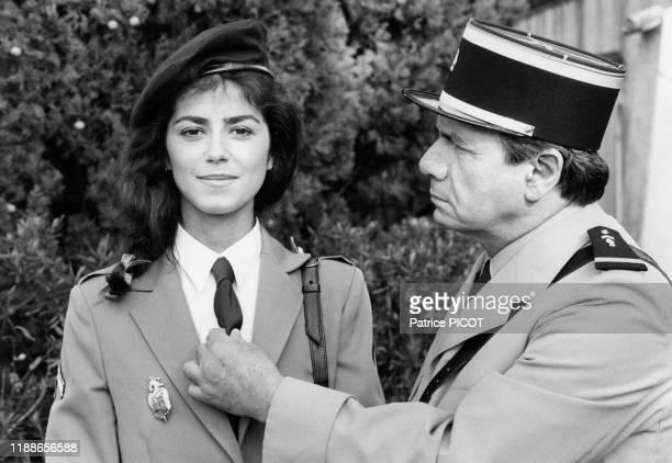 Michel Galabru et Babeth Hallyday sur le tournage du film 'Le Gendarme et les gendarmettes' de Jean Girault à SaintTropez le 7 avril 1982 France