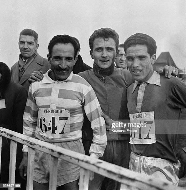 Michel Jazy vainqueur de la course photographié à l'arrivée avec Chiclet et Mimoun à MaisonsLaffitte France le 14 février 1960