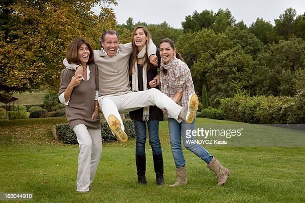 Michel Leeb With Family In The Vaucluse Michel LEEB en famille dans sa maison de vacances du Luberon dans le jardin porté par sa femme Béatrice et...