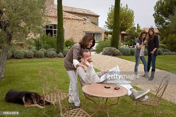 Michel Leeb With Family In The Vaucluse Michel LEEB en famille dans sa maison de vacances du Luberon dans le jardin avec son épouse Béatrice et leurs...