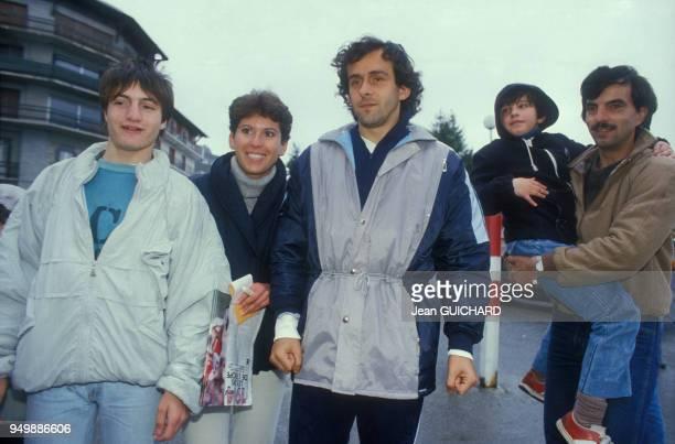 Michel Platini entouré de fans le 3 mai 1986 à FontRomeu France