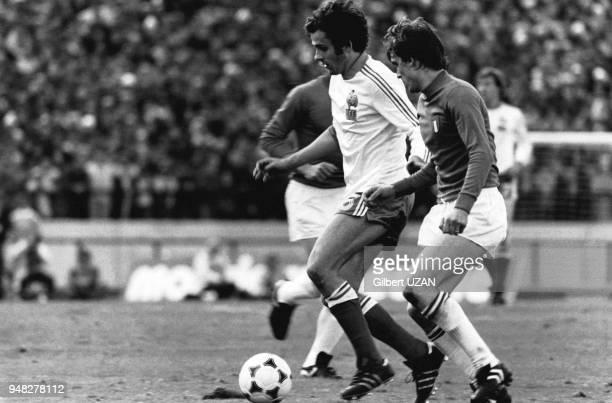 Michel Platini entre deux joueurs italiens lors de la Coupe du Monde de Foot en 1978 Buenos Aires Argentine