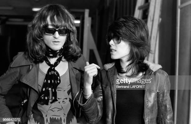 Michel Polnareff sur un plateau de télévision avec la chanteuse Dani en avril 1971 à Paris France