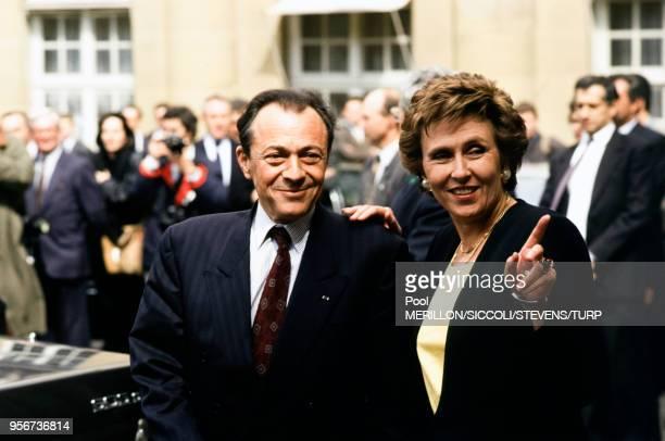 Michel Rocard et Edith Cresson dans les jardins de Matignon à Paris France le 16 mai 1991