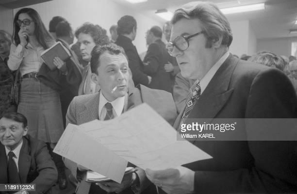 Michel Rocard et Pierre Mauroy lors d'une conférence de presse donnée par le 1er secrétaire du Parti Socialiste au siège du PS à Paris en décembre...