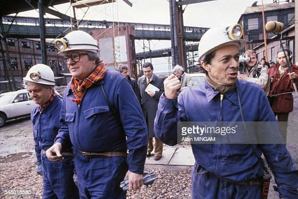 Michel Rocard et Pierre Mauroy revetus d'une combinaison de travail et coiffes de casques visitent une mine en avril 1980 en France